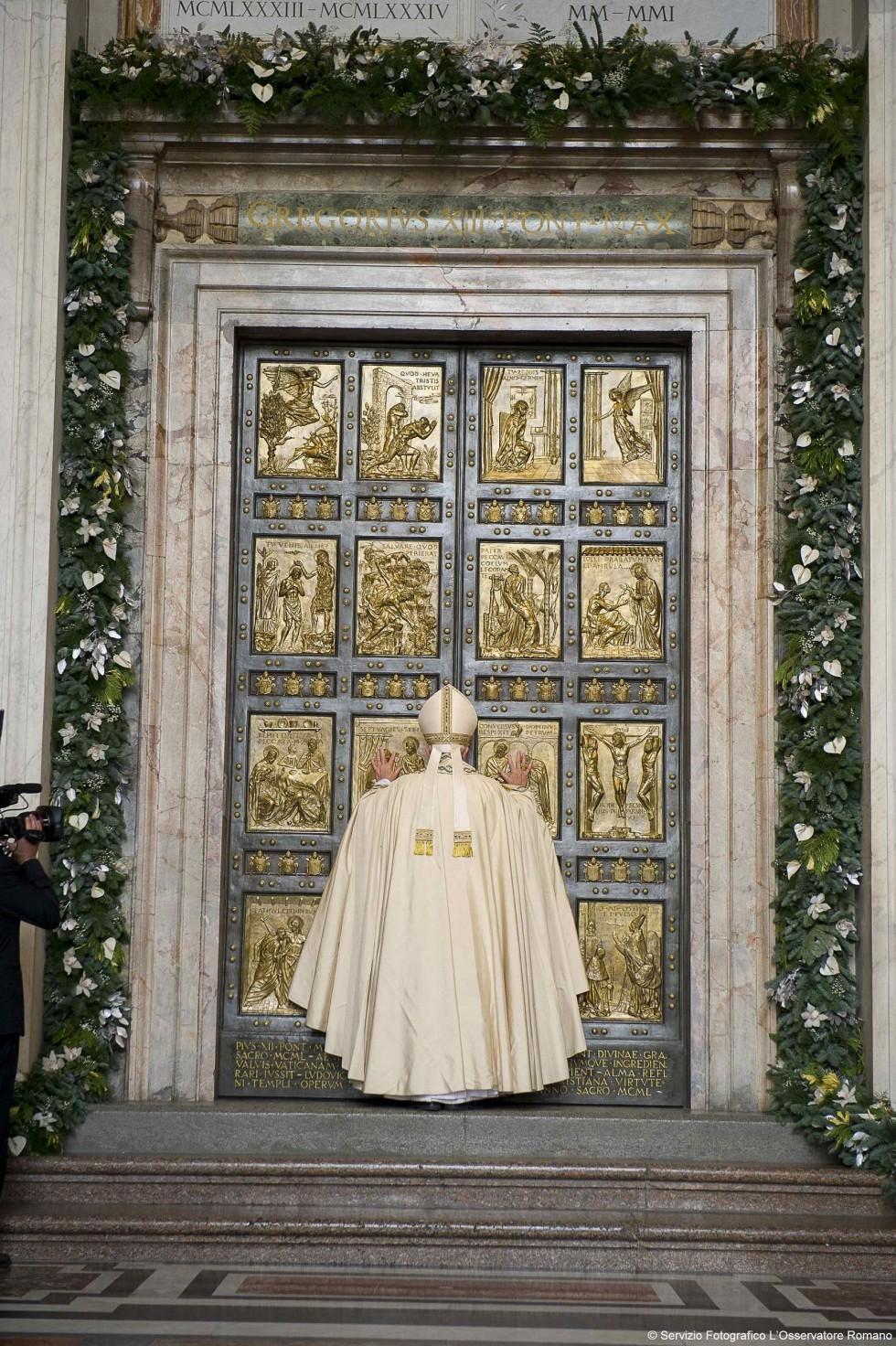 Papa francesco apre la porta santa in vaticano agensir - Immagini porta santa ...