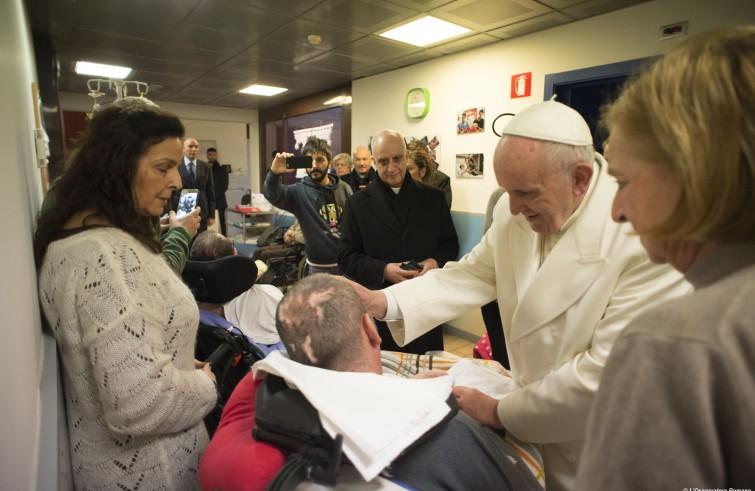 Papa Francesco visita Casa Iride - nella periferia Est di Roma - una struttura dove abitano 6 malati in stato vegetativo, assistiti dai loro familiari (15 gennaio 2016)