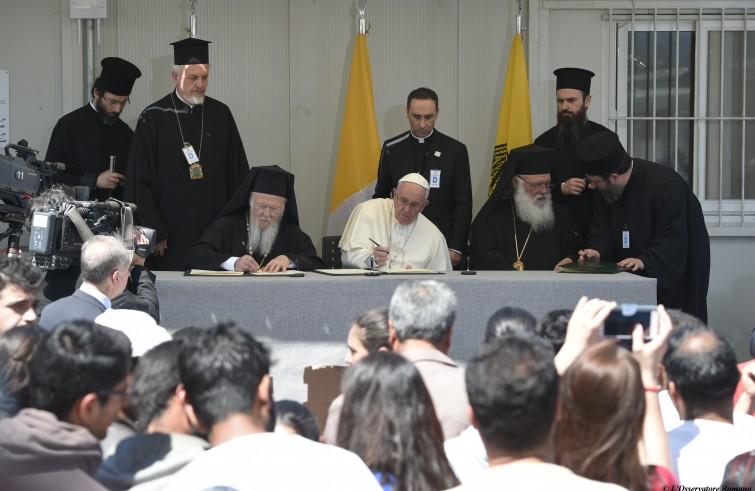 Papa Francesco, Bartolomeo I e Ieronymos II firmano una dichiarazione congiunta (Lesbo, 16 aprile 2016)