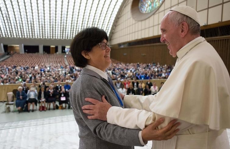 Papa Francesco riceve in udienza l'Unione internazionale superiori generali. Nella foto con suor Carmen Sammut (Vaticano, 12 maggio 2016)