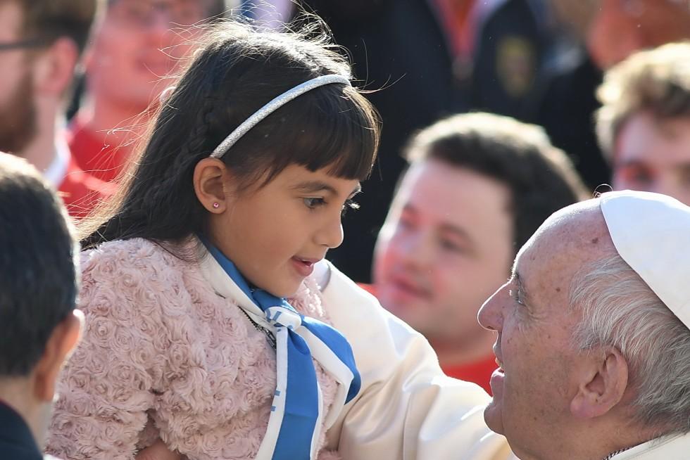 Piazza San Pietro, 19 ottobre 2016: Udienza generale Papa Francesco - Papa Francesco saluta bambina