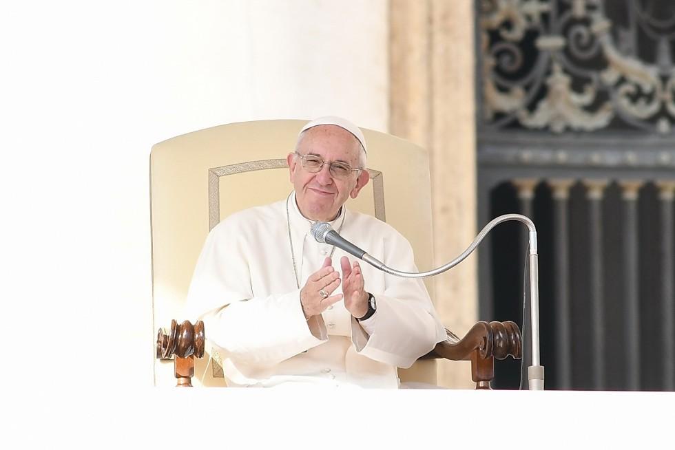 Piazza San Pietro, 19 ottobre 2016: Udienza generale Papa Francesco - Papa Francesco applaude
