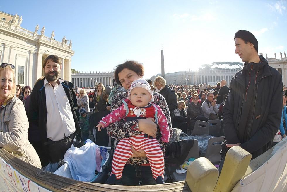 Piazza San Pietro, 19 ottobre 2016: Udienza generale Papa Francesco - mamam con bambina