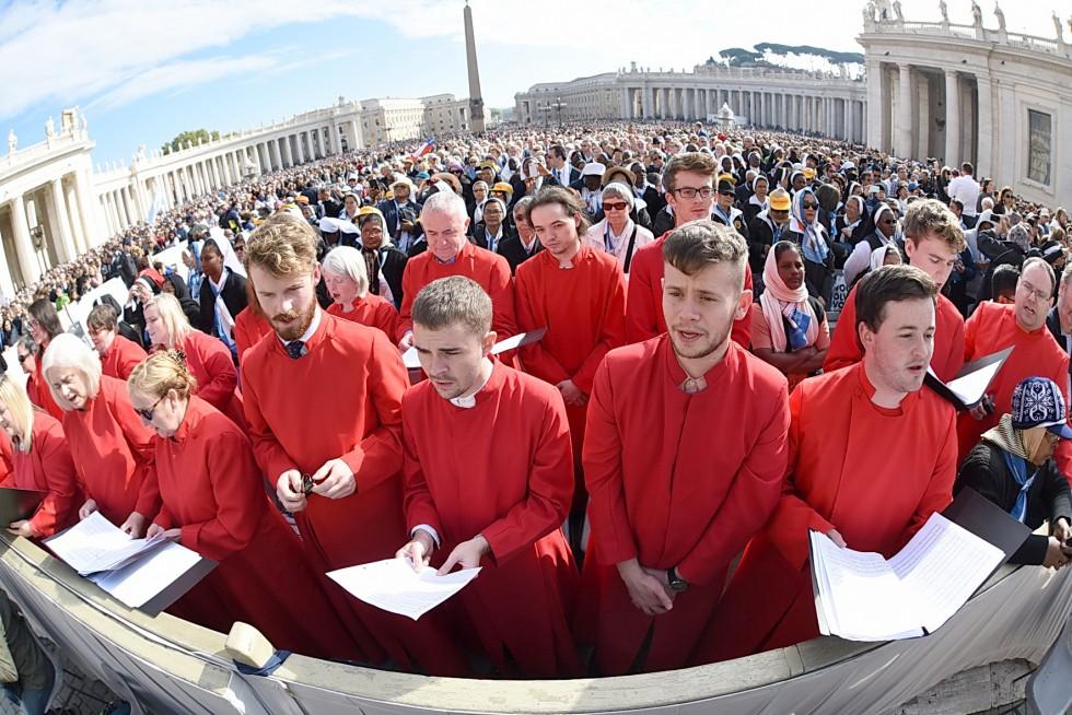 Piazza San Pietro, 19 ottobre 2016: Udienza generale Papa Francesco - coro in piazza