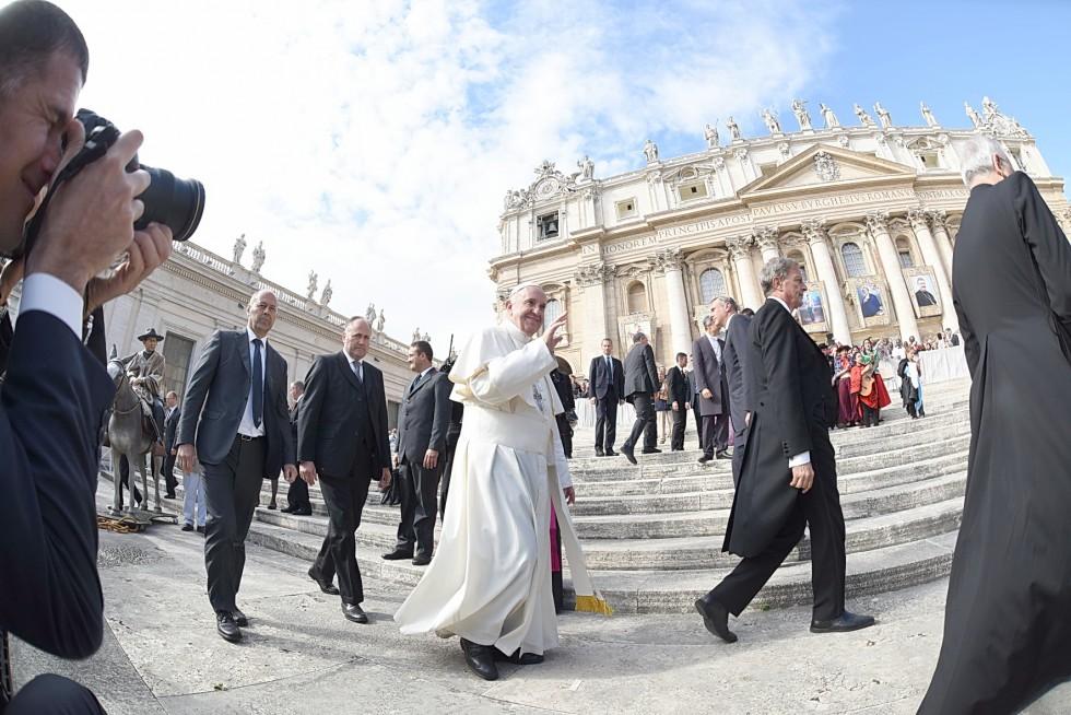 Piazza San Pietro, 19 ottobre 2016: Udienza generale Papa Francesco - Papa Francesco davanti a Basilica