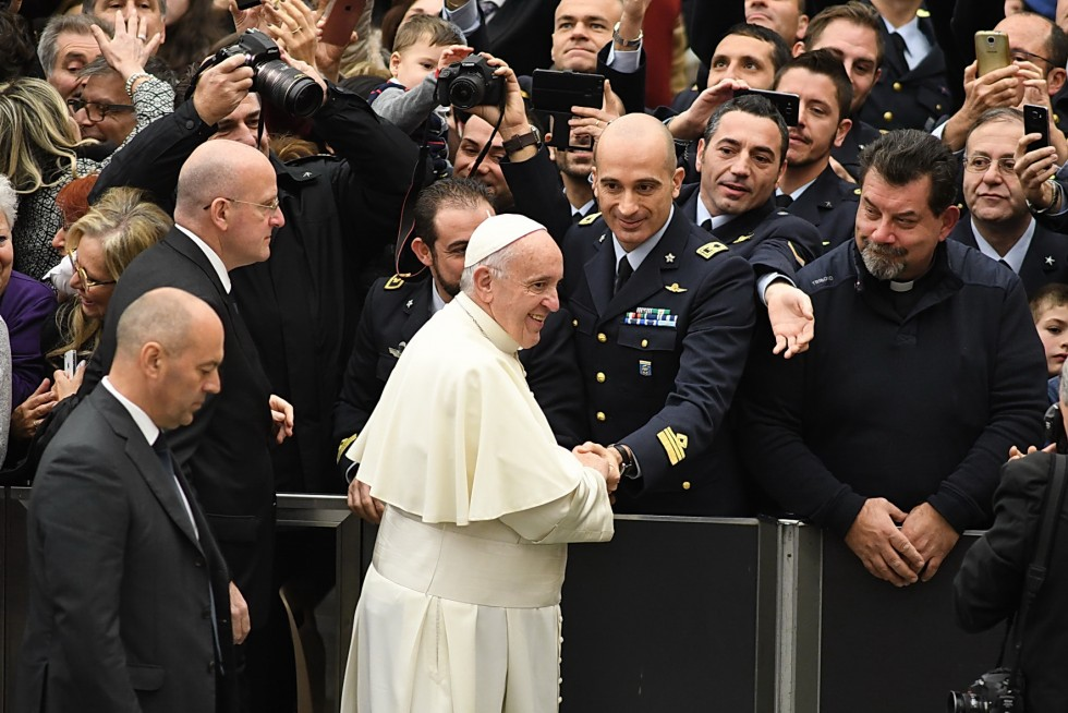 Aula Paolo VI, 30 novembre 2016: Udienza generale Papa Francesco - Papa Francesco saluta gruppo aeronautica