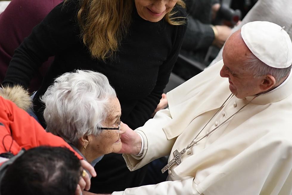 Aula Paolo VI, 30 novembre 2016: Udienza generale Papa Francesco - Papa Francesco saluta una signora anziana