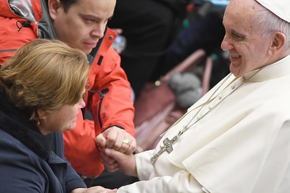 Aula Paolo VI, 30 novembre 2016: Udienza generale Papa Francesco - Papa Francesco saluta i disabili