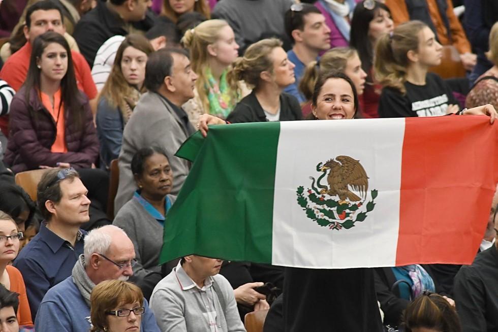 Aula Paolo VI, 7 dicembre 2016: Udienza generale Papa Francesco - ragazza con bandiera del Messico