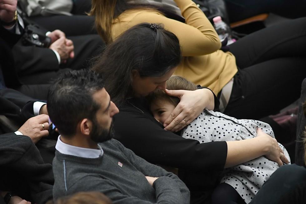 Aula Paolo VI, 7 dicembre 2016: Udienza generale Papa Francesco - mamam con figlia in braccio