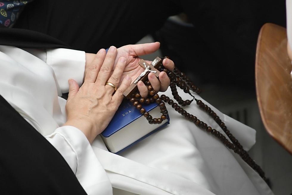 Aula Paolo VI, 7 dicembre 2016: Udienza generale Papa Francesco - crocefisso, rosario e Bibbia in mano a suora