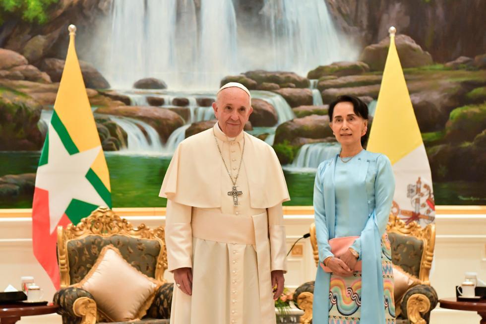 Nay Pyi Taw, 28 novembre: Viaggio Apostolico in Myanmar e Bangladesh (26/11 – 2/12), Papa Francesco incontra Aung San Suu Kyi
