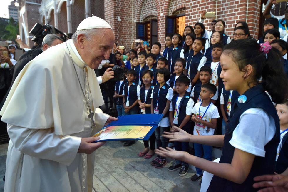 Yangon, 29 novembre : Viaggio Apostolico in Myanmar e Bangladesh (26/11 – 2/12), Papa Francesco incontra i Vescovi in arcivescovado