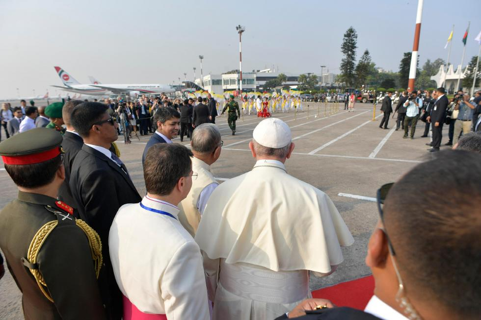 Dhaka, 30 novembre : Viaggio Apostolico di Papa Francesco in Myanmar e Bangladesh (26/11 – 2/12). Cerimonia di benvenuto in Bangladesh all'Aeroporto Internazionale