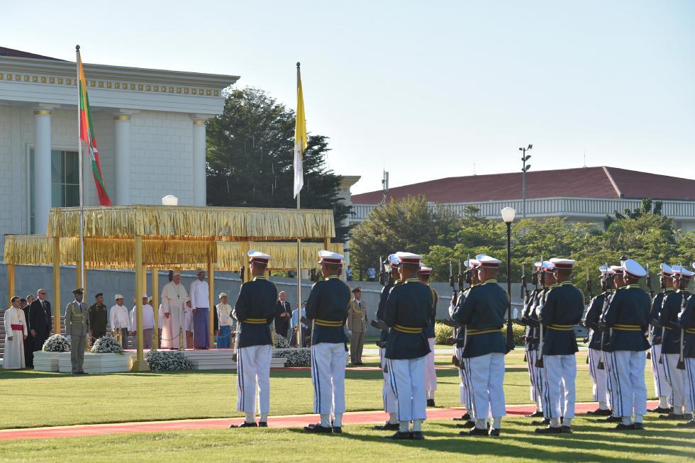 Nay Pyi Taw, 28 novembre: Viaggio Apostolico di Papa Francesco in Myanmar e Bangladesh (26/11 – 2/12), cerimonia di benvenuto in Myanmar